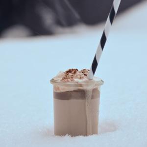 Heisse Schokolade im Schnee