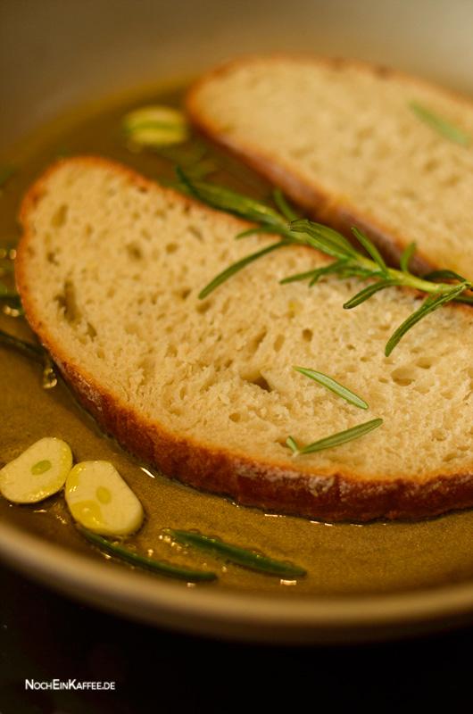 LoveAndLilies.de|Rosmarin Olivenöl Weißbrot Knoblauch in der Pfanne