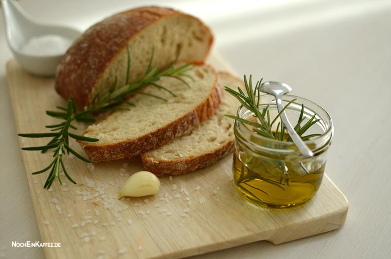 LoveAndLilies.de|Mediterraner Snack: Rosmarin Olivenöl Weißbrot Knoblauch Meersalz