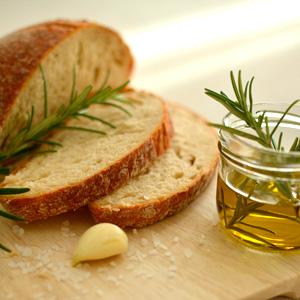 Rosmarin Olivenöl Weißbrot Knoblauch Meersalz