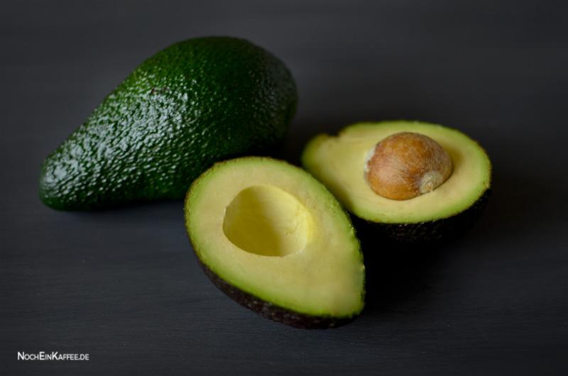 LoveAndLilies.de|Avocado halbiert und ganz