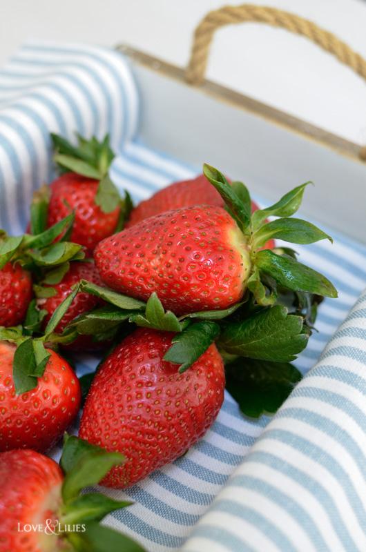 LoveAndLilies.de // Frische Erdbeeren im Körbchen