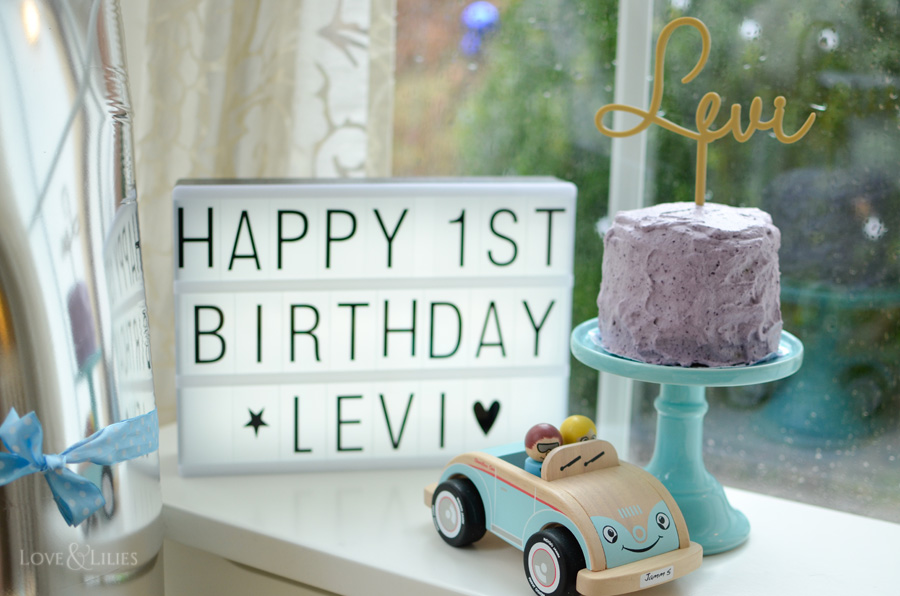 LoveAndLilies.de | Gesunder Bananen-Apfelmus-Kuchen mit Blaubeersahne zum 1. Geburtstag. Sieht nicht nur toll aus, sondern schmeckt auch noch besonders gut. Außerdem ein paar Geschenkideen zum Kindergeburtstag auf loveandlilies.de